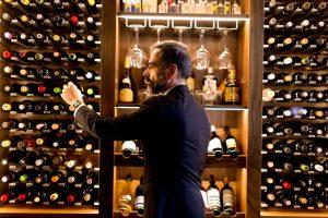 uomo che scegli il vino