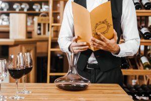 cameriere con carta dei vini